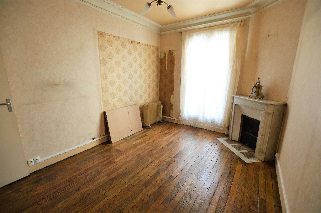 Joli 2 pi ces 35 m2 r nover moulures et parquet ref for Appartement paris a renover