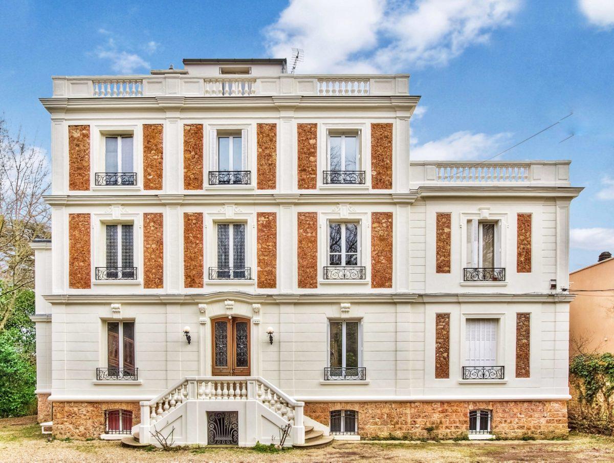 Duplex à rénover en dernier étage d'une ancienne maison de maître de style Napoléon III (ref. 735)